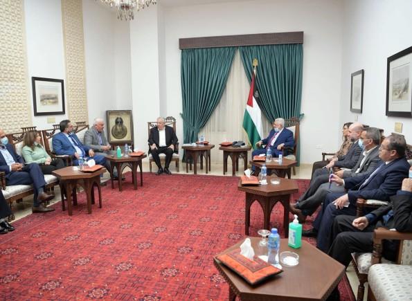 الرئيس عباس لدى استقباله وفدا من المؤسسات الأهلية:  نقف مع المؤسسات الوطنية التي تقوم بواجبها بفضح جرائم الاحتلال